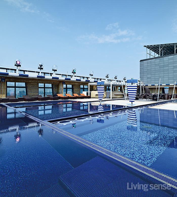 호텔 루프톱 수영장에서 즐기는 도심속휴가